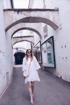 4 Outfits, die perfekt für den Sommerurlaub geeignet sind - daisies and glitter - Lifestyle & Fashion Blog aus Österreich Daisy, Fashion Accessories, Shoulder Dress, White Dress, Blog, Outfits, Dresses, Summer Vacations, Vestidos