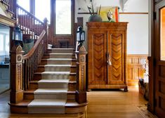 "HOME TOUR: An Interior Designer's PCTURE PERFECT VICTORIAN HOME in Chicago <> ""I take a bit of this era and a bit of that era, and then toss all parts and pieces into my design colander to see what shakes out,"" says interior designer Julia Buckingham. Luxury Homes Interior, Home Interior Design, Malibu Mansion, Houses In Austin, English Decor, House Stairs, Victorian Homes, Home Decor Inspiration, House Colors"