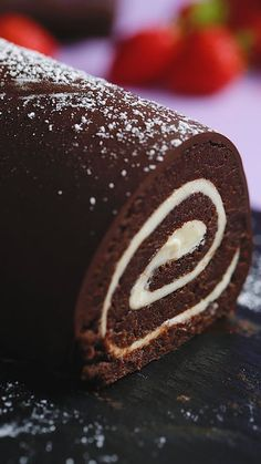 Easy Roll Cake Hack ~ HOR Recipe with video instructions: Happy accidents are even better when they involve cake. Ingredients: For the cake:, 1 cracked chocolate sponge cake, about 6 inches, 1 cup milk, cup dark… Food Cakes, Cupcake Cakes, Cupcakes, Cake Cookies, Chocolate Roll Cake, Chocolate Sponge Cake, Chocolate Swiss Roll Recipe, Vegan Chocolate, Köstliche Desserts