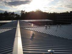 Himmel und Sonnenlicht auf dem Dach. Neu erstellte KalZip Dachfläche von der AB-Profil Dachdeckerei & Mehr GmbH in Bad Oeynhausen (32547) | Dachdecker.com