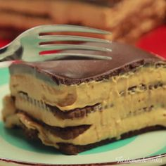 This chocolatey Argentine dessert is layered with cookies, cream cheese and dulce de leche — need we say more?This chocolatey Argentine dessert is layered with cookies, cream cheese and dulce de leche — need we say more? Baking Recipes, Cake Recipes, Dessert Recipes, Pizza Recipes, Tasty, Yummy Food, Easy Desserts, Baking Desserts, Love Food