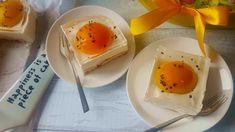 Sernik jajko sadzone to sernik z zimno, na spodzie z biszkoptów z dodatkiem brzoskwiń i przeźroczystej galaretki. Kawałek ciasta wygląda jak sadzone jajko. Eggs, Breakfast, Food, Morning Coffee, Essen, Egg, Meals, Yemek, Egg As Food