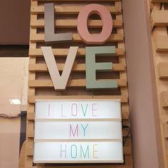 Letras de #madera #love y panel luminoso para escribir el mensaje que quieras. Funciona con pilas 🔋 🔋 o bien con  enchufe🔌. Ideal para sorprender a alguien especial.  #led #letras #luminoso #decoracion #decoracionled #ideaspararegalar #ideasdcor #regalosoriginales #yoloquiero Panel, My Love, Box, Someone Like You, Original Gifts, It Works, Messages, Wood, Boxes