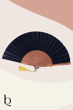 Beim Paloma Handfächer sind die Speichen aus Birnbaumholz. Sie sind bespannt mit einem einfarbig gefärbtem Baumwolltuch. Der Fächer kommt mit einem Messingring. Die passende Seidenquaste wird in einer kleinen Manufaktur in Spanien produziert. Es gibt sie in vielen verschiedenen Farben. Ganz nach deinem Geschmack. Toller Sommerhingucker für die Fashion 2020. #damenaccessoires #handfächer #boholove #sommermode Boho Online Shop, Boho Outfits, Fashion Outfits, Boho Mode, Bohemian Soul, Mode Inspiration, Vintage, Diy, Sevilla Spain