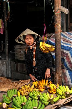 Hoi An market, Vietnam  Please like, repin or follow on Pinterest to have more interesting things. Thanks. http://hoianfoodtour.com/   #hoian #market #people