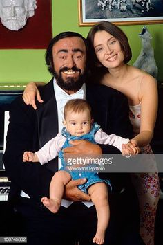 Luciano Pavarotti poses holding his daughter Alice, with his wife Nicoletta Mantovani Placido Domingo, Perry Como, Bbc Broadcast, Marilyn Monroe Photos, Opera Singers, Fat Women, Bruce Springsteen, Soul Music, Mother And Father