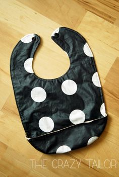 Reversible Catch-all Bib Tutorial - Great visual step by step tutorial :) Sewing Projects For Kids, Sewing For Kids, Baby Sewing, Sewing Tutorials, Sewing Hacks, Sewing Crafts, Burp Rags, Burp Cloths, Bib Tutorial