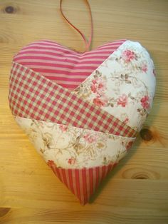 Great idea for your patchwork leftover bits! Patchwork Heart, Crazy Patchwork, Crazy Quilting, Valentine Heart, Valentine Crafts, Valentines, Quilting Projects, Sewing Projects, Quilting Ideas