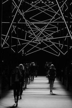 Moving neon light installation at Saint Laurent Amazing! Art Conceptual, Saint Laurant, Catwalk Design, Graphisches Design, Modern Design, Graphic Design, Paris Mode, Moda Paris, Stage Set