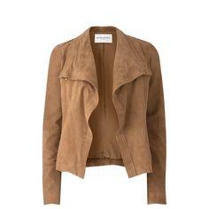 Amanda Wakeley Nicks Suede Jacket (26.885 UYU) ❤ liked on Polyvore featuring outerwear, jackets, coats, coats & jackets, tan, suede leather jacket, tan jacket, high neck jacket, suede drape jacket and brown jacket