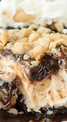 This easy no bake Hula Pie has an Oreo Crust, vanilla macadamia nut ice cream, and hot fudge topping! Everyone loves this pie! Cold Desserts, Frozen Desserts, Frozen Treats, Just Desserts, Delicious Desserts, Tart Recipes, Sweet Recipes, Cooking Recipes, Pie Dessert