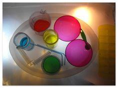 Qui n'a pas rêvé de jouer les petits chimistes ? Voilà bien longtemps que je n'avais pas organise de jeux de rôle ! Jean s'est donc en petit Einstein, et nous avons fait des expériences grace a de l'eau et du colorant alimentaire ! Deux couleurs mélangées...