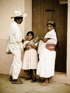 Familia totonaca en día de mercado en Ozelonacaxtla, Puebla. Los totonacas, pueblo milenerio, han conservado, además de su lengua, sus costumbres y tradiciones ancestrales. Los pueblos indígenas son un orgullo de México.