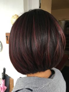 Bob/Frisur Hair color dark burgundy beautiful 16 great ideas Wedding Decorations: Making Your Weddin Short Thin Hair, Short Hair Cuts, Short Dark Bob, Dark Burgundy Hair Color, Red Burgundy, Dark Red, Short Burgundy Hair, Burgundy Highlights, Peekaboo Highlights