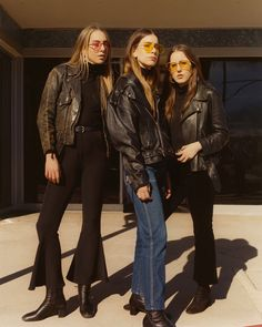 HAIM is our ultimate girl group/sister goals. Their latest sound and look are a blast from the past. Though we wouldn't wear leather jackets in this heat, pint-tinted sunglasses are up our alley. 70s Fashion, Look Fashion, Winter Fashion, Fashion Outfits, Womens Fashion, Fashion Trends, Looks Style, Style Me, Haim Style