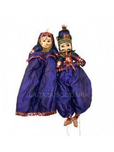 Marionetas confeccionadas en tela y cartón piedra (43 cm). Están vestidas con trajes típicos indios y con la caracterización original de los habitantes del país. - La Taza Solidaria
