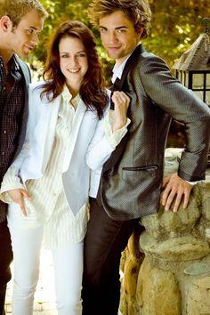 Robert Pattinson, Kristen Stewart e Kellan Lutz aparecem com as carinhas de bebês em outtakes de 2008, feitos para a revista InStyle. As imagens não são novas, mas estão em melhor qualidade. Já que relembrar é viver, vamos nos jogar nas imagens e relembrar os tempos de Crepúsculo.