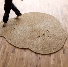 The esparto rugs of Martín Azúa - Home Design & Interior Ideas Sisal, Rope Crafts, Indochine, Rustic Rugs, Green Carpet, Woodworking Magazine, Textiles, Jute Rug, Living Room Carpet