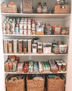 6 Tipps zur Organisation Ihrer Speisekammer 6 Tips on How to Organise Your Pantry - Experience Of Pantrys Kitchen Organization Pantry, Home Organisation, Organized Pantry, Organization Ideas For The Home, Pantry Ideas, Refrigerator Organization, Home Decor Ideas, Food Storage Organization, Organizing Ideas For Kitchen