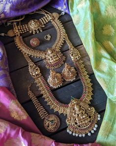 Fine Wedding Jewelry, Wedding Jewellery Designs, Bridal Jewellery Inspiration, Wedding Accessories, Hair Accessories, Indian Jewelry Earrings, Indian Jewelry Sets, Jewelry Design Earrings, Temple Jewellery