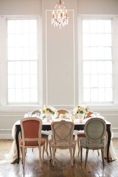 Eye For Design: Decorating With Mismatched Dining Room Chairs Mismatched Dining Room, Woven Dining Chairs, Upholstered Dining Chairs, Dining Room Furniture, Dining Room Table, Eclectic Dining Chairs, Furniture Ideas, Outdoor Dining, Victorian Dining Chairs