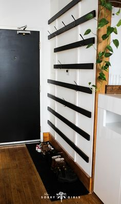 DIY Minimal Coat Rack Stay organized and minimal with this DIY coat rack Bleiben Sie organisiert und minimal mit dieser DIY Garderobe Diy Coat Rack, Coat Racks, Wall Coat Rack, Diy Coat Hooks, Hallway Coat Rack, Garderobe Design, Small Closet Organization, My New Room, Home Projects
