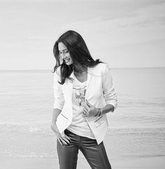 Plus ample, plus décontracté, le smoking blanc cassé sera une pièce maîtresse de nos soirée printanières. Coupe droite et loose. Tissu crêpé et doublure stretch. Veste esprit smoking à col châle. Manches 3/4 effet retroussées. Fermeture 1 bouton. Pans devant plus long que le dos. 2 poches à rabat orné de zip décoratif. Plaque gravée. #liberte#veste#ecru#ample#décontracté#smoking#printemps#elorabygf