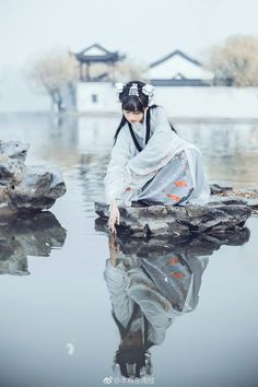 Young maiden looking at her reflection. Chinese Traditional Costume, Traditional Fashion, Traditional Outfits, Poses, Geisha Art, Japon Illustration, Chinese Clothing, Ancient China, Chinese Culture
