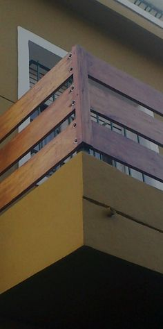 Baranda de madera en balcón                                                                                                                                                                                 Más