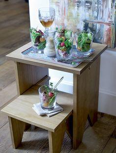 Simples, o banco-escadinha ganhou nova função: na festa serve de mesa de apoio para servir a saladinha  (Foto: Foto Ricardo Corrêa | Realização Cláudia Pixu | Produção Michele Moulatlet)