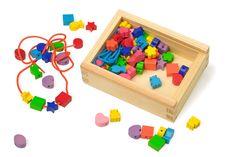 Houten box met kleurige vormen en linten. Bevordert de oog-hand-coördinatie!