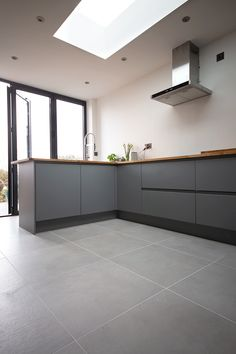 Beautifully understated Smoked Grey Cemento Concrete Effect Porcelain Tiles. Cement and concrete effect porcelain tiles in a range of sizes and colours. Concrete Look Tile, Concrete Kitchen, Kitchen Tiles, Concrete Floors, Kitchen Flooring, Zen Kitchen, Limestone Flooring, Grey Floor Tiles, Grey Flooring