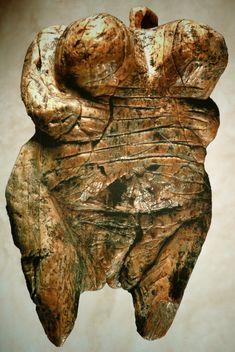 """Die Venus vom Hohlefels wurde aus Mammutelfenbein gefertigt. Archetypische Vorstellung von der """"Großen Mutter""""."""
