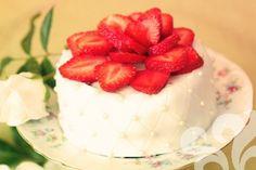 Red velvet cake med jordgubbar | baka.se