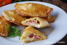 Unas ricas empanadillas de jamón y queso caseras, muy fáciles y económicas. Se pueden comer tanto frías como calientes y están buenísimas y con masa casera,