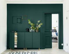 Jag slutar aldrig fascineras över färg och dess förmåga att förändra känslan i ett rum, eller hur en möbel kan kännas som ny enbart genom att byta kulör. Det är därför det är så fantastiskt roligt att