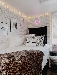 This dorm room seems totally brilliant, have to bear this in mind next time I've a little money saved up. Room Ideas Bedroom, Small Room Bedroom, Bedroom Decor, Bedroom Inspo, Dorm Room Designs, Aesthetic Bedroom, Cozy Room, Dream Rooms, My New Room