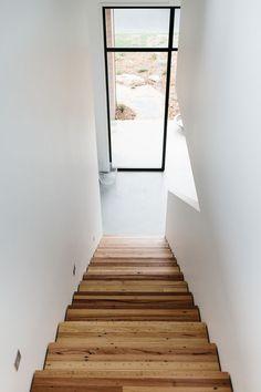 Blogpost: Binnenkijken in Australisch Huis  #houtentrap #stalendeur #witinterieur