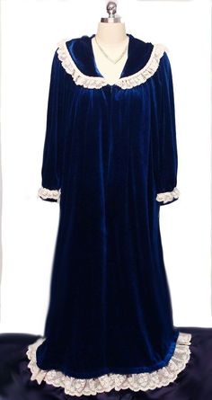 VINTAGE VICTORIAN LOOK FANCY KOMAR VELVETY ROBE DRESSING GOWN IN SAPPHIRE  DRIPPING WITH LACE Vintage Outfits c06afb6ad