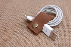 Leather USB storage finishing Data line tied around,It looks and more easily。