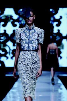 Sebastian Gunawan, Jakarta 2013 Simple Outfits, Simple Dresses, Short Dresses, Blouse Batik, Batik Dress, Cheongsam Modern, Jakarta Fashion Week, Batik Kebaya, Oriental Dress