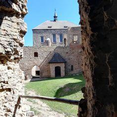 Nenapadá vás, kam si zajet udělat krásný výlet? A co české hrady? Ukážeme vám 30 nejkrásnějších hradů v ČR, které stojí za to navštívit. Mansions, House Styles, Instagram Posts, Home Decor, Luxury Houses, Interior Design, Home Interior Design, Palaces, Mansion
