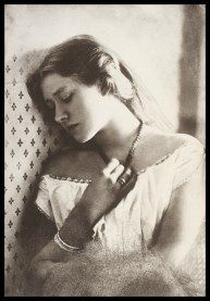 Contemplative portrait of Shakespearean actress Ellen Terry as a new bride during her honeymoon at Freshwater, the home of photographer Julia Margaret Cameron, Isle of Wight carbon print Julia Margaret Cameron Photography, Julia Cameron, History Of Photography, Vintage Photography, Portrait Photography, Henri Cartier Bresson, Old Photos, Vintage Photos, Calcutta