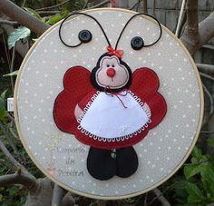 Empório das Pereiras: Quadro BastidorJoaninha Decorative Plates, Blog, Home Decor, Instagram, Door Hangings, Child Room, Infant Room, Wreaths, Frames