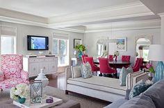 Linda essa sala de estar e jantar, perfeito os tons de rosa integrados ao restante da decoração.