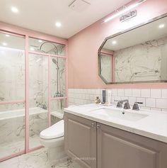 수납형세면대, 욕조, 샤워공간 까지 갖춘 넓은 침실욕실 만은 탐나네요✨거기다 핑크핑크...#깔맞춤한유리부스#마블타일#비얀코상판#제작세면대#핑크#그레이##욕실인테리어#욕실리모델링#인테리어디자인#카민디자인#인테리어디자이너#리모델링#홈#인테리어#아파트인테리어#카민#인테리어스타그램#집#욕실#타일#인테리어리모델링#집꾸미기#집#홈인테리어#bath#bathroom#interior#interiordesign