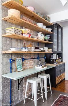 22-decoracao-cozinha-armarios-abertos-parede-concreto-tijolinho-pinus