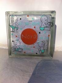 Voorbeeld van een glasblok waar ik iets van het geboorte-kaartje in heb kunnen verwerken. Zo kan ik met het voorbeeld van het geboorte-kaartje een mooi glasblok maken als irigineel kraamkadootje