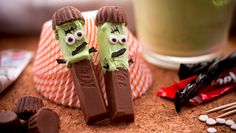 Adorable Franken-Kit Kats for Halloween A cute and fun way to play with Halloween candy this month. FrankensticksA cute and fun way to play with Halloween candy this month. Halloween Desserts, Fröhliches Halloween, Halloween Punch, Halloween Goodies, Halloween Food For Party, Halloween Cupcakes, Holidays Halloween, Halloween Treats, Halloween Chocolate