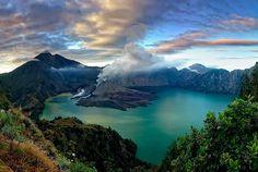Vanaf de Gili eilanden kun je hem al zien liggen: de majestueuze Rinjani vulkaan. Een beklimming van deze op één na hoogste berg van Indonesië is een absolute must-do tijdens je bezoek aan Lombok.
